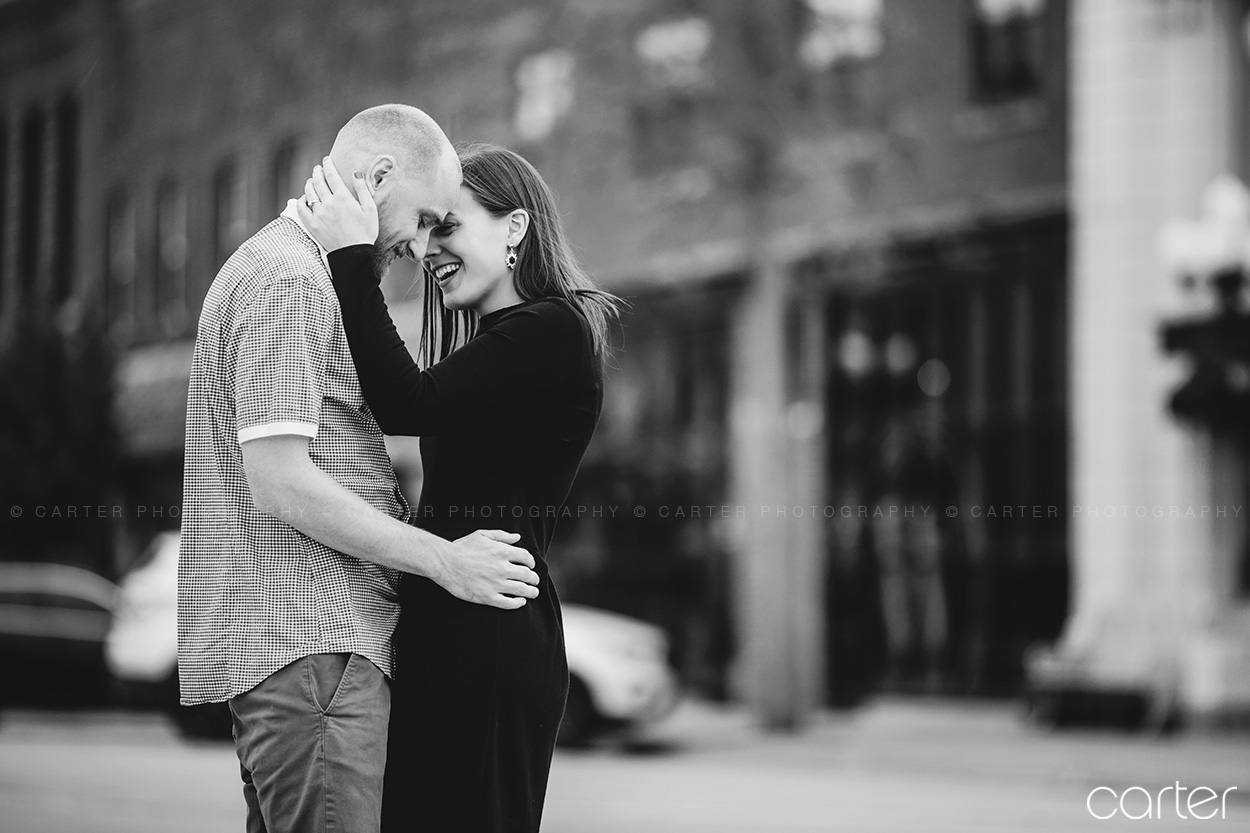 Des Moines Art Center Rose Garden Engagement Session Pictures Carter Photography